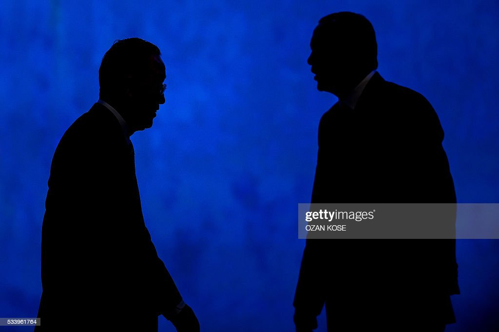 Turkish President Recep Tayyip Erdogan (R) and UN secretary general Ban Ki-moon (L) are pictured during the closing cerenomy of the World Humanitarian Summit, on May 24, 2016 in Istanbul. UN Secretary General Ban Ki-moon on Tuesday said he was disappointed most top world leaders had stayed away from the first humanitarian summit in Istanbul, saying concrete political action was now needed. / AFP / OZAN