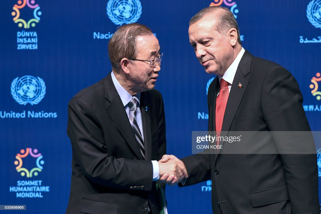 Turkish President Recep Tayyip Erdogan (R) shakes hand with UN secretary general Ban Ki-moon (L) during a press conference on May 24, 2016, in Istanbul during the World Humanitarian Summit. President Recep Tayyip Erdogan on Monday warned the European Union that the Turkish parliament would block laws related to the landmark deal to stem the flow of migrants to Europe if Ankara was not granted its key demand of visa-free travel. / AFP / OZAN