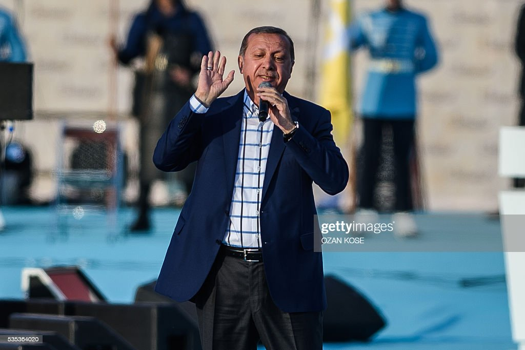 Turkish President Recep Tayyip Erdogan speaks during a rally to mark the 563rd anniversary of the conquest of Istanbul by Ottoman Turks on May 29, 2016 in Istanbul. / AFP / OZAN