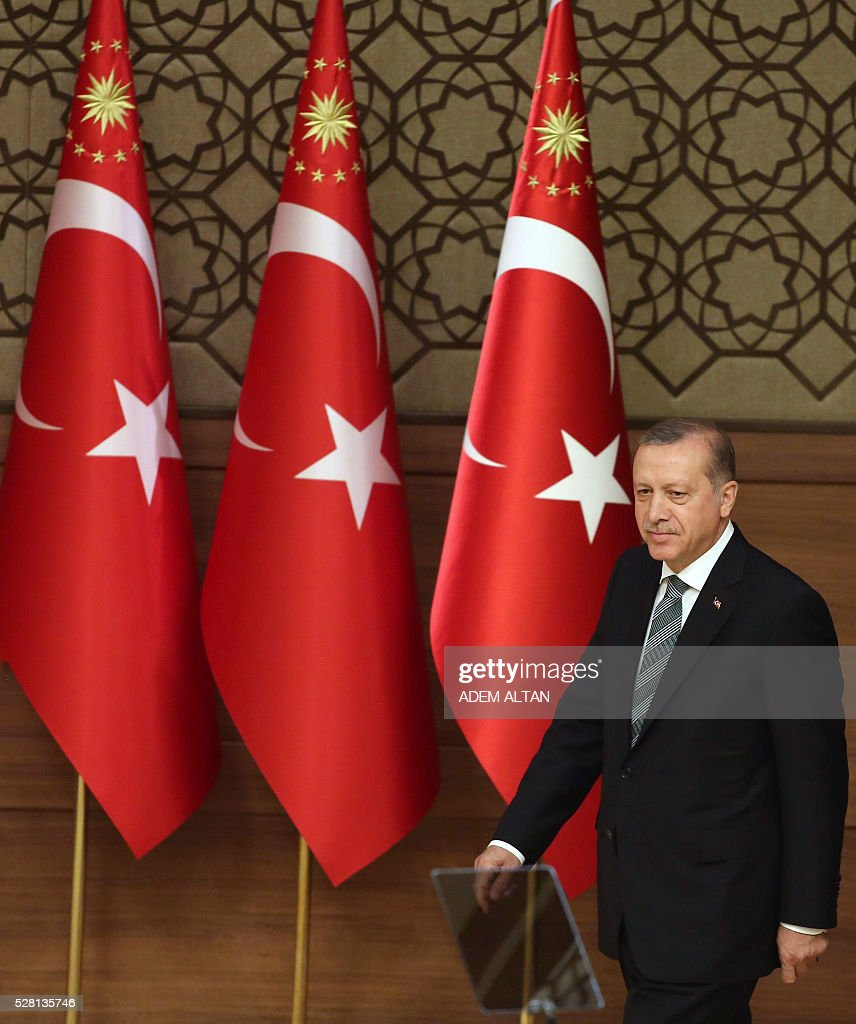 Turkish President Tayyip Erdogan arrives to meet and speak with mukhtars or local village and town leaders at the Presidential Palace in Ankara, on May 4, 2016. / AFP / ADEM