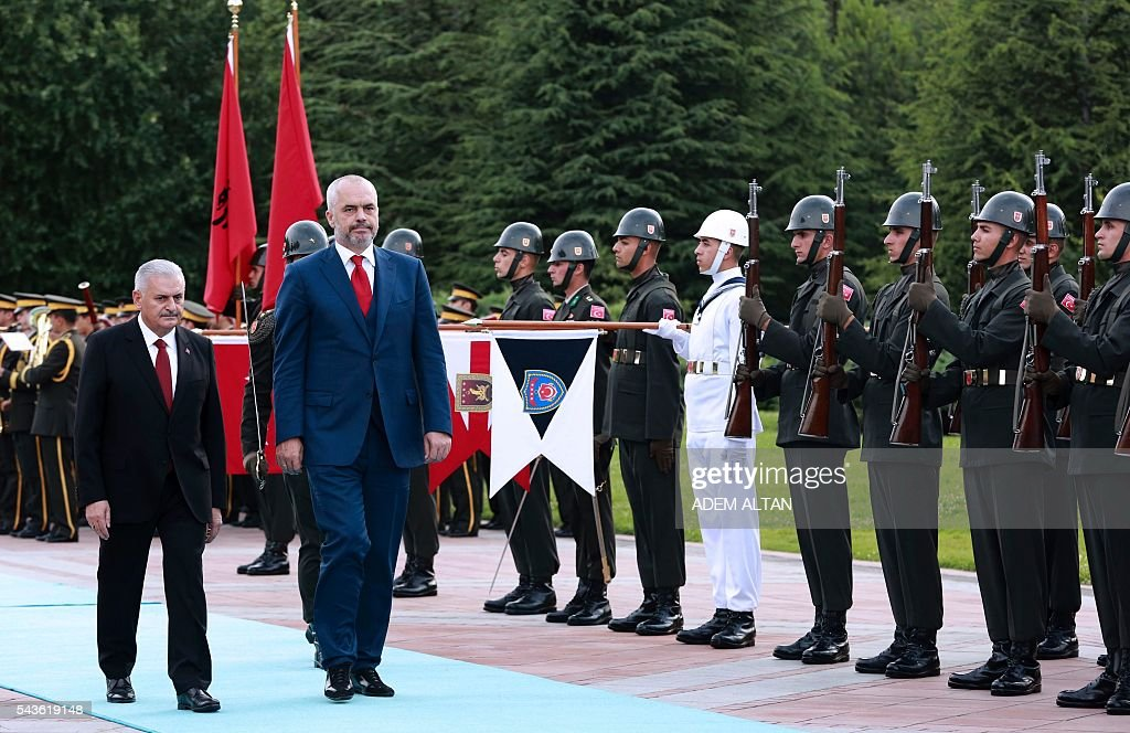 Turkish Prime Minister Binali Yildirim (L) and Albanian Prime Minister Edi Rama (R) review guards of honour prior to a meeting at Cankaya Palace in Ankara, on June 29, 2016. / AFP / ADEM