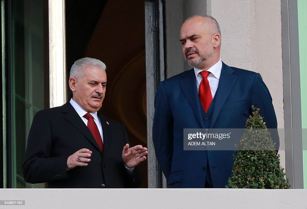 Turkish Prime Minister Binali Yildirim (L) gestures as he talks to Albanian Prime Minister Edi Rama (R) at Cankaya Palace in Ankara, on June 29, 2016. / AFP / ADEM