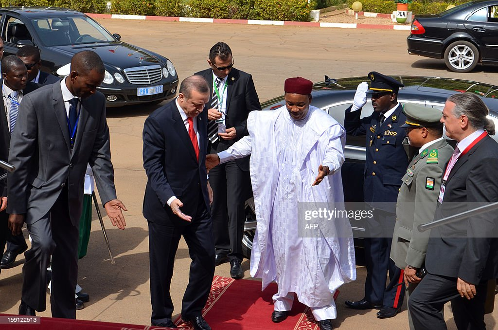 Turkish Prime Minister Recep Tayyip Erdogan (L) is welcomed by Niger's President Mahamadou Issoufou (C) in Niamey, on January 8, 2013, as part of his three-nation Africa tour. AFP PHOTO/Boureima HAMA