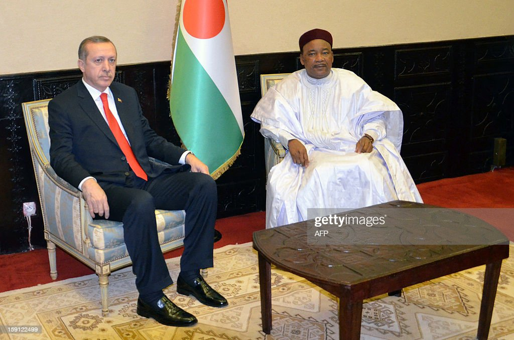 Turkish Prime Minister Recep Tayyip Erdogan (L) meets with Niger's President Mahamadou Issoufou in Niamey, on January 8, 2013, as part of his three-nation Africa tour. AFP PHOTO/Boureima HAMA