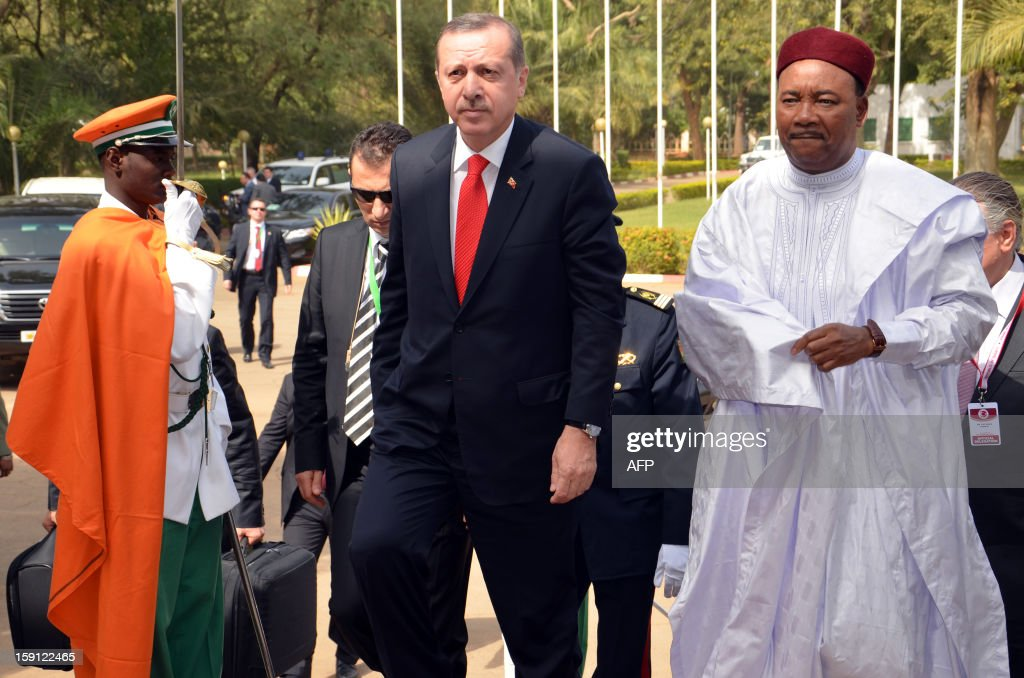 Turkish Prime Minister Recep Tayyip Erdogan (L) walks with Niger's President Mahamadou Issoufou in Niamey, on January 8, 2013, as part of his three-nation Africa tour. AFP PHOTO/Boureima HAMA