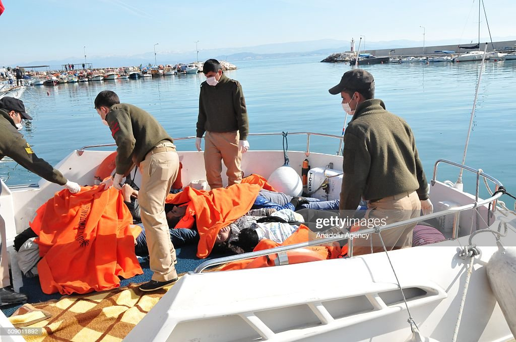 Turkish security forces and local people carry the bodies of refugees after a refugee boat sank in the Aegean sea at Edremit bay in Balikesir, Turkey on February 8, 2016. 22 refugees lost their lives, only 4 of them were rescued.