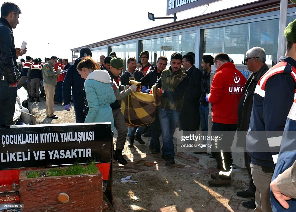 Turkish security forces carry the bodies of refugees after a refugee boat sank in the Aegean sea at Edremit bay in Balikesir, Turkey on February 8, 2016. 22 refugees lost their lives, only 4 of them were rescued.