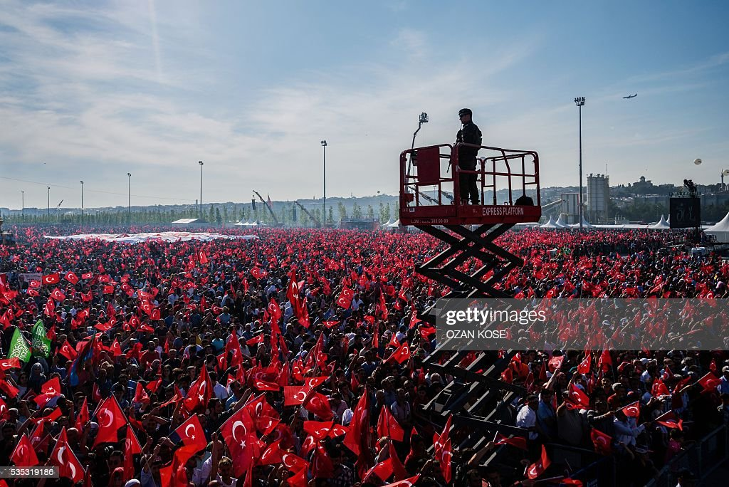 A Turkish special force police officer watches the area as Turkish President arrives at a rally marking the 563rd anniversary of the conquest of Istanbul by Ottoman Turks on May 29, 2016 in Istanbul. / AFP / OZAN