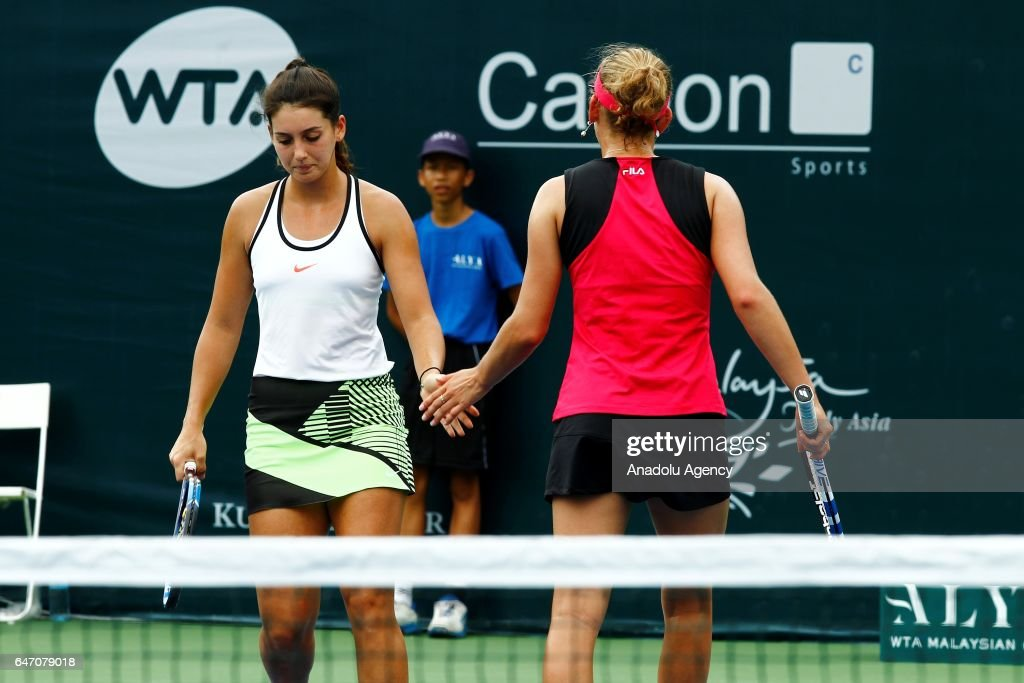 Ipek Soylu  - Page 6 Turkish-tennis-player-ipek-soylu-and-belgiums-elise-mertens-shake-a-picture-id647079018