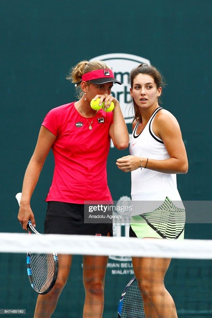 Ipek Soylu  - Page 6 Turkish-tennis-player-ipek-soylu-and-belgiums-elise-mertens-talk-to-picture-id647465190