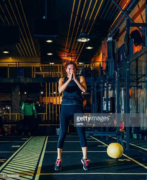 Femme turque de faire un peu d'exercice dans la salle de sport