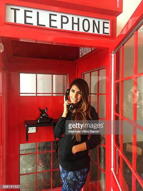 Turque Femme en rouge Cabine téléphonique