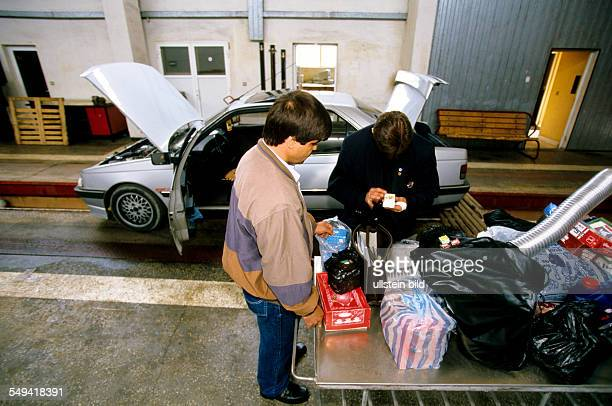 TurkishBulgarian border crossing point Kapitan Andreevo operation roadrunner leaded by the ZKA Cologne A car is completly searched