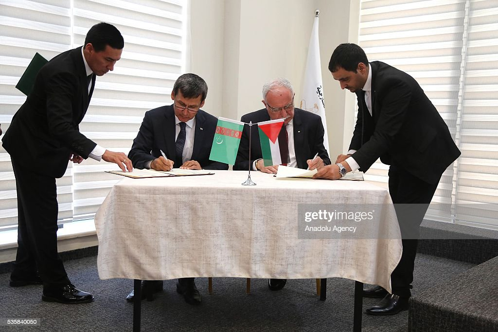 Turkmenistan's Foreign Minister Rasit Meredow (L 2) and Palestinian Foreign Minister Riyad al-Maliki (R 2) sign cooperation agreements at the Foreign Ministry in Ramallah, West Bank on May 30, 2016.