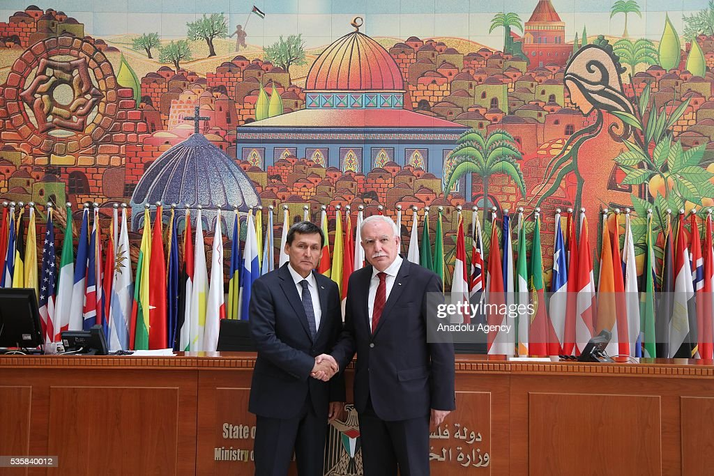 Turkmenistan's Foreign Minister Rasit Meredow (L) shakes hands with Palestinian Foreign Minister Riyad al-Maliki (R) during his official visit at the Foreign Ministry in Ramallah, West Bank on May 30, 2016.
