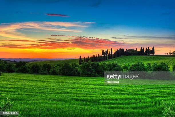 トスカーナの農家の夕暮れの風景