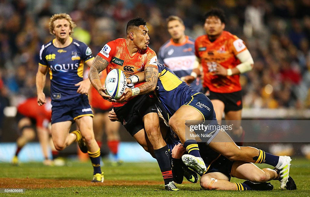 <a gi-track='captionPersonalityLinkClicked' href=/galleries/search?phrase=Tusi+Pisi&family=editorial&specificpeople=820483 ng-click='$event.stopPropagation()'>Tusi Pisi</a> of the Sunwolves looks for support during the round 14 Super Rugby match between the Brumbies and the Sunwolves at GIO Stadium on May 28, 2016 in Canberra, Australia.
