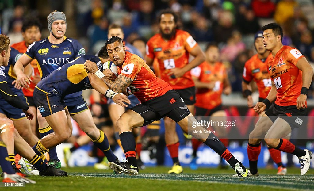 <a gi-track='captionPersonalityLinkClicked' href=/galleries/search?phrase=Tusi+Pisi&family=editorial&specificpeople=820483 ng-click='$event.stopPropagation()'>Tusi Pisi</a> of the Sunwolves runs the ball during the round 14 Super Rugby match between the Brumbies and the Sunwolves at GIO Stadium on May 28, 2016 in Canberra, Australia.