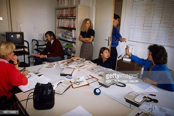 """Tv Show """"7 Sur 7"""" Anne Sinclair Paris 2 octobre 1989 Anne SINCLAIR à l'occasion de la préparation de son émission 7 SUR 7 réunion de travail avec ses..."""