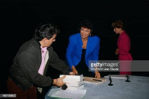 """Tv Show """"7 Sur 7"""" Anne Sinclair Paris 2 octobre 1989 Anne SINCLAIR à l'occasion de la préparation de son émission 7 SUR 7 la journaliste discutant..."""