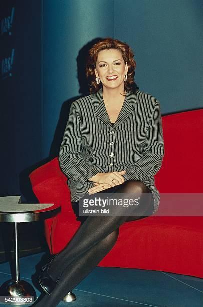 TVModeratorin Bettina Tietjen auf dem roten Sofa der NDR3Sendung 'DAS' sitzend Aufgenommen 1998