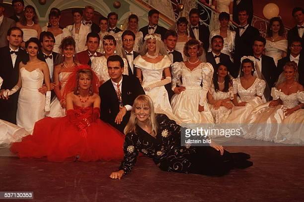 TVModeratorin NL mit Brautpaaren in ihrer Show `Traumhochzeit' 1993