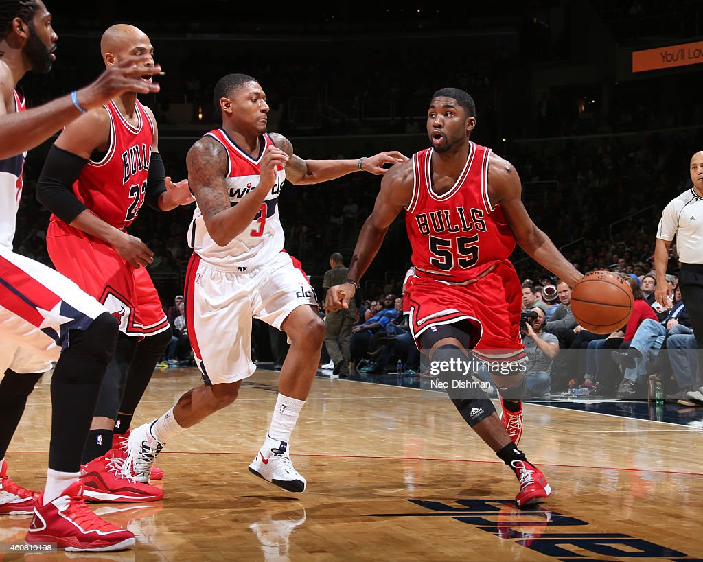 E'Twaun Moore #55 of the Chicago Bulls handles the ball against the Washington Wizards on December 12, 2014 in Washington, DC.