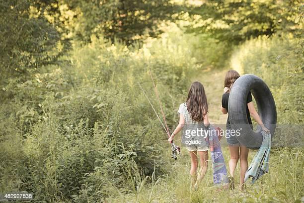 Tween Teen Mädchen im Fluss für Angeln und Spaß