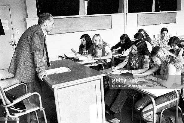 Twelve Schoolgirls Of Simone Weilpuy School Write A Detective Story Le Puy 28 Avril 1975 Reportage sur douze lycéennes auteures d'un roman 'Stéphanie...