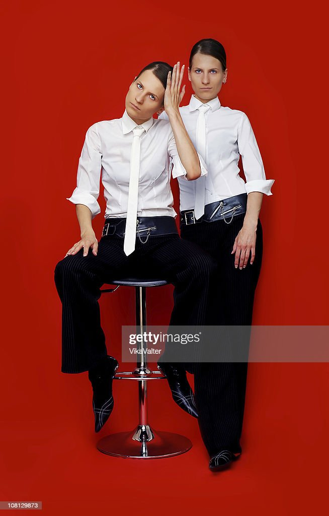 Twin girls dressed in men's clothes : Stockfoto