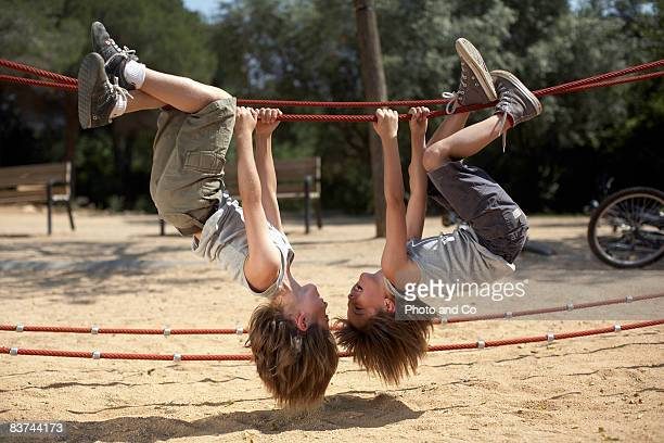 twins hang de structure dans park