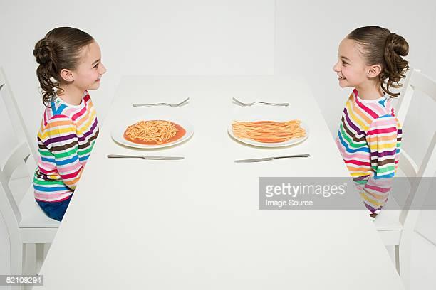Gemelli con diversi spaghetti
