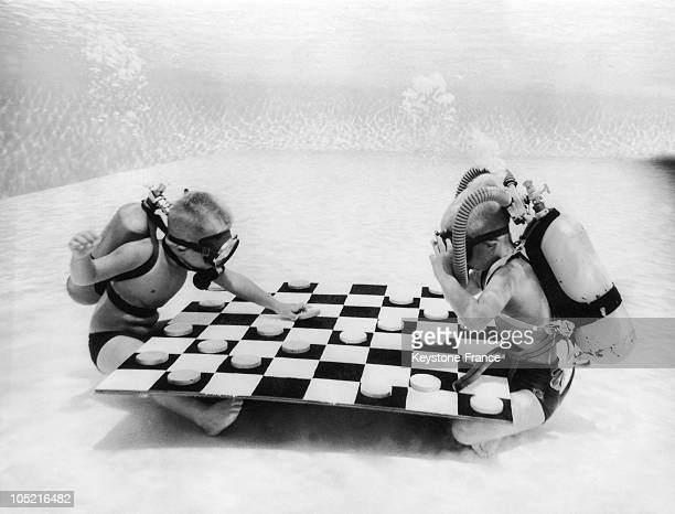 Two 6 Years Old Boys Playing Draughts At The Bottom Of A Pool In Winter Haven In Florida In The 1930S