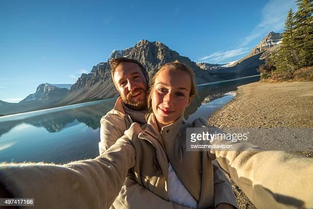 セルフィーを取るポートレート、大人 2 名様、壮大な山の湖の風景