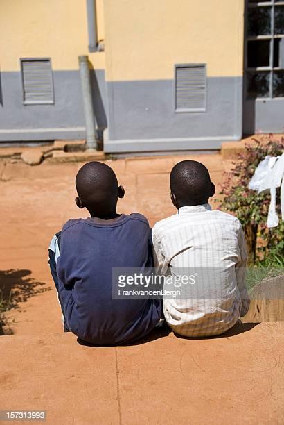 Zwei afrikanische Jungen nebeneinander