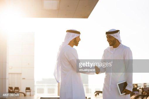 2 つの男性手を振るアラブ