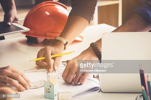 Deux homme architecte travaillant avec compas et des plans pour le plan architectural, ingénieur en esquissant une idée de projet de construction. : Photo