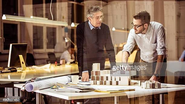 Dos arquitectos debatiendo de nuevo proyecto