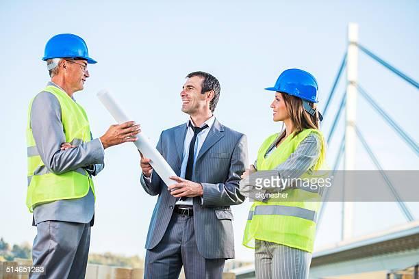 Deux architectes avec un homme d'affaires à l'extérieur.