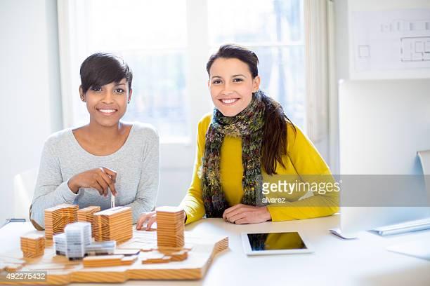 Due architetti che lavorano su un edificio modello di avvio