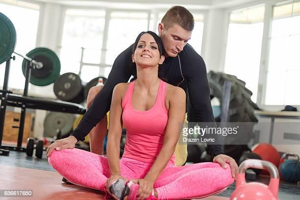 Dos atletas en gimnasio ejercicio y calentamiento juntos