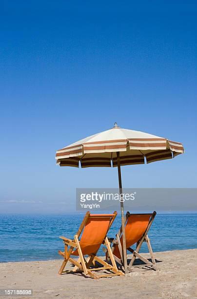 Due sedie e Ombrellone da spiaggia dell'oceano in vacanza tropicale