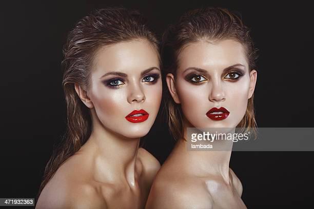 2 つの美しい女性の明るいメイクアップ
