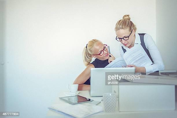 2 つの美しい若い女性自宅勤務オフィス