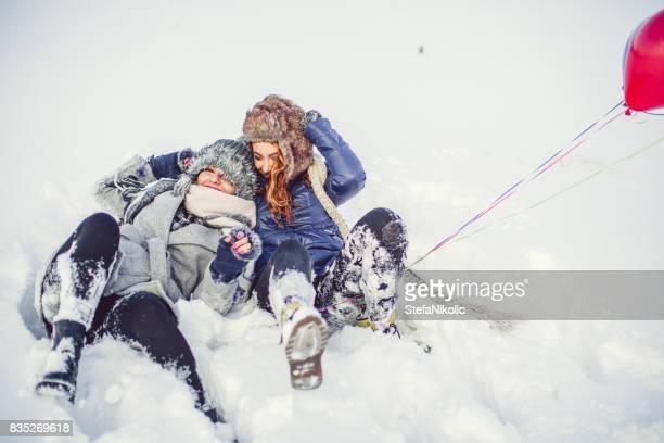 Twee meisjes van de schoonheid in sneeuw met ballon