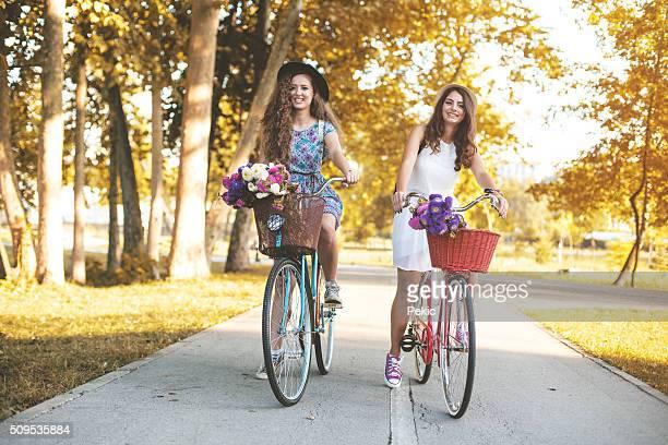 Zwei besten Freunde Reiten Fahrräder in einem park