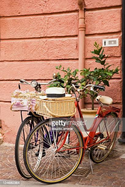 Zwei Fahrrad mit Korb. Farbe