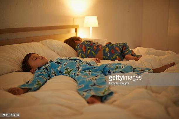Deux garçons détendre après une longue journée