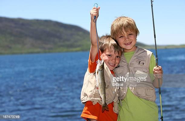 Deux garçons de pêche