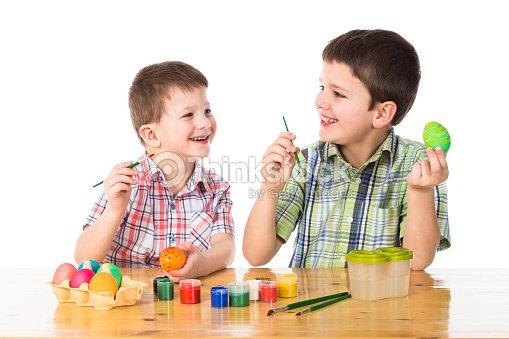 Dos Niños Pintando Huevos De Pascua Foto de stock   Thinkstock